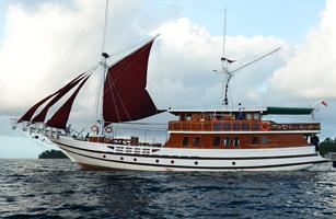 Lady Denok Phinisi Cruise