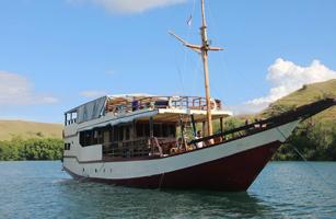 MV Cahaya Lusia Komodo