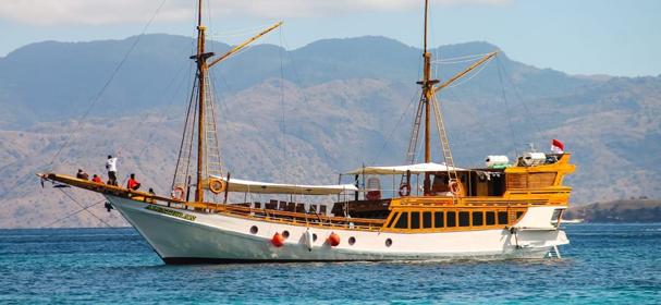 Komodo Phinisi Boat