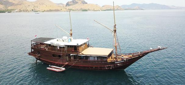 KM Kencana Komodo Boat