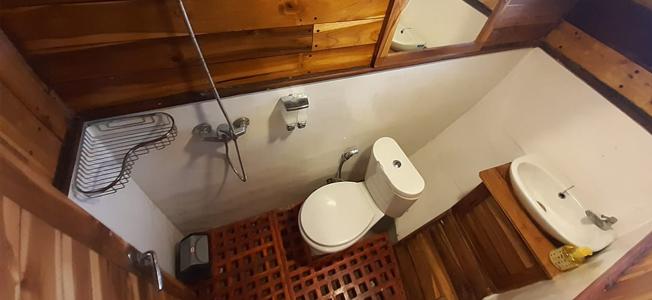KLM Lambo Rajo Phinisi Bathroom