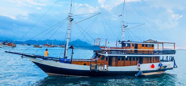 Latansa Boat Charter Cabin