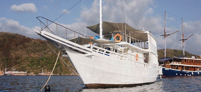 Malaso Layar Boat Charter